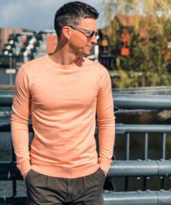 Cotton Cashmere Crew Neck genser fra Scotch & Soda er en tynn genser av cashmere og bomull.Rund hals med ribbestrikkede kanter. Smal passform.