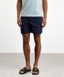 Plain Swim Shorts fra Lyle & Scott en en klassisk badeshorts med innerbukse i mesh, elastisk linning og justerbar snøring for en perfekt passform.